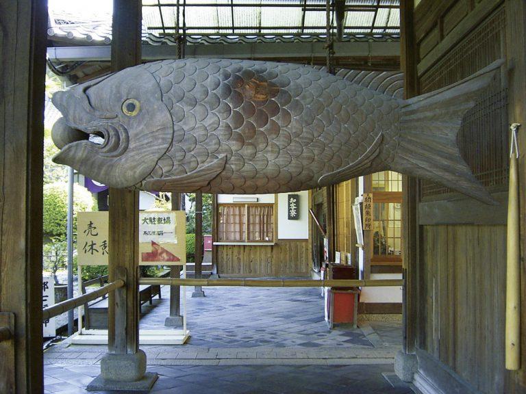 お堂の軒下に巨大な魚がどーんと!