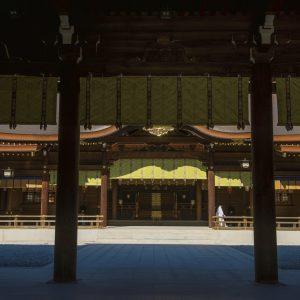 御祭神をお祀りするご本殿。新たな銅板屋根が厳かに輝く。明治神宮は大正9年に創建されたが主要な建物は戦災で焼失。現在のご本殿は2019年9月に修復工事が完了した2代目。厳かに輝く銅板屋根は約100,000枚の銅板が使用され、裏には奉納された人々の名前と祈りが記されている。