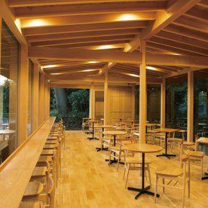 店内の家具は明治神宮の枯損木で造られている。