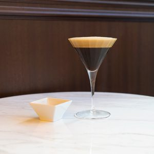 〈Cafe Cova Milano GINZA SIX〉「シェケラート」1,400円。チョコレートが1粒付きます。
