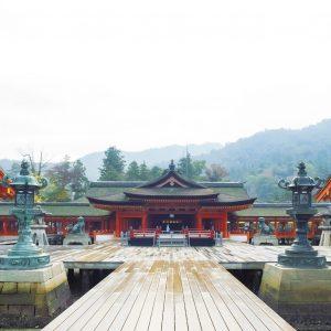 嚴島神社本社には、航海や交通の神である市杵島姫、湍津姫、田心姫の三女神が祭られている。現在の御本社は1571年に毛利元就が改築。本社正面には舞楽を行う高舞台があり、その周囲には板張りの平舞台が。
