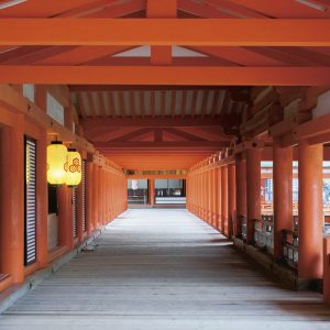 客神社本殿から中央にある嚴島神社御本社へとつながる東廻廊。海上にある嚴島神社は、社殿を幅4m、長さ約270mの廻廊が結んでいる。床板には、高潮で押し上がる海水を逃がすための隙間がある。