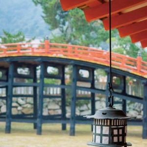 反橋はかつて重要な祭事の際、本社に入るために勅使が使った橋。