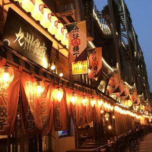 〈渋谷横丁〉…渋谷駅近くの端から100m続く。