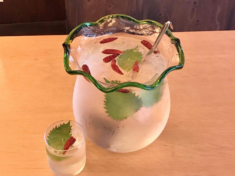 関東食市が提供する乾杯ドリンク「金魚鉢で金魚ハイ」1999円。唐辛子を金魚に、シソの葉を水草に見立てています。