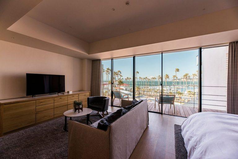 客室は全3種類のスイートからチョイス。ロサンゼルスの人気デザイン事務所〈ALEXANDER DESIGN〉が監修したインテリアに気分が上がります。