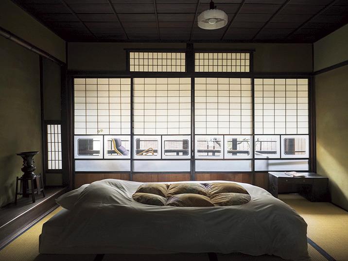 2階はひとつながりの大きな客間。華道と茶道の先生が暮らし、空き家になっていた住居をリノベーション。