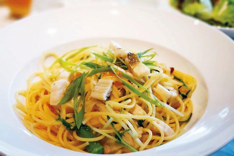穴子のペペロンチーノ 1,600円/前菜からメイン、デザートやコーヒーまでついたランチのコース料理は2,800円〜。ディナーコースは3日前までに予約を。
