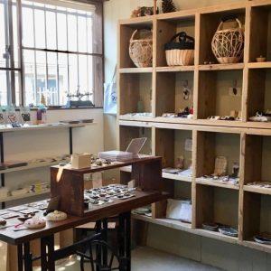 雑貨が並ぶのは、住宅の一部を改装したこぢんまりした空間。