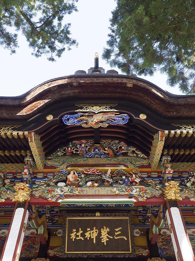 1800年に建立された豪華絢爛な拝殿には七福神の彫刻が。
