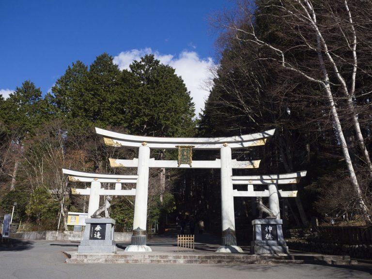 「三ツ鳥居」と呼ばれる珍しい鳥居。ほかに奈良の大神神社などでも見られる。