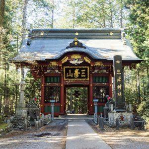 随身門は約220年前の建築物。表参道からここを通るのが古来の正参道。