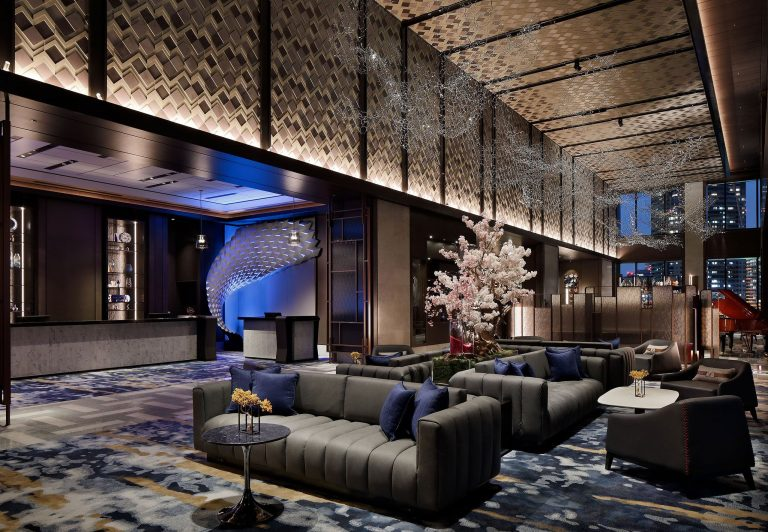 ホテルコンセプト「TOKYO WAVES」をモチーフにしたアートワークが華やかな開放感のあるロビー。