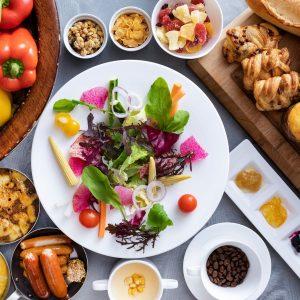 〈HARBOR KITCHEN〉の朝食ブッフェでは、出来立てのパンや新鮮なスムージーを。