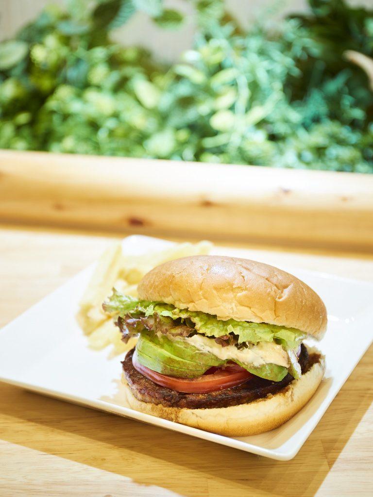 米粉のバンズ、大豆ミートのパティを使った「べっぴんバーガーアボ照り」1,080円。コメダらしくボリューミー!おいしくてエコなバーガー
