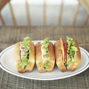 ミニ食パンみたいなバンズに山盛りの具材がそそるサンドイッチ。那須御養卵の卵サラダにケッパー、ツナにはわさびを合わせたりと、おいしいアイデアもいっしょにはさむ。