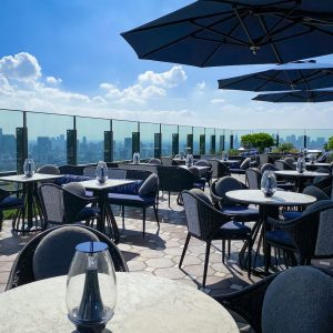季節のイタリア料理やアペリティーボを提供する「PIGNETO」テラス席。
