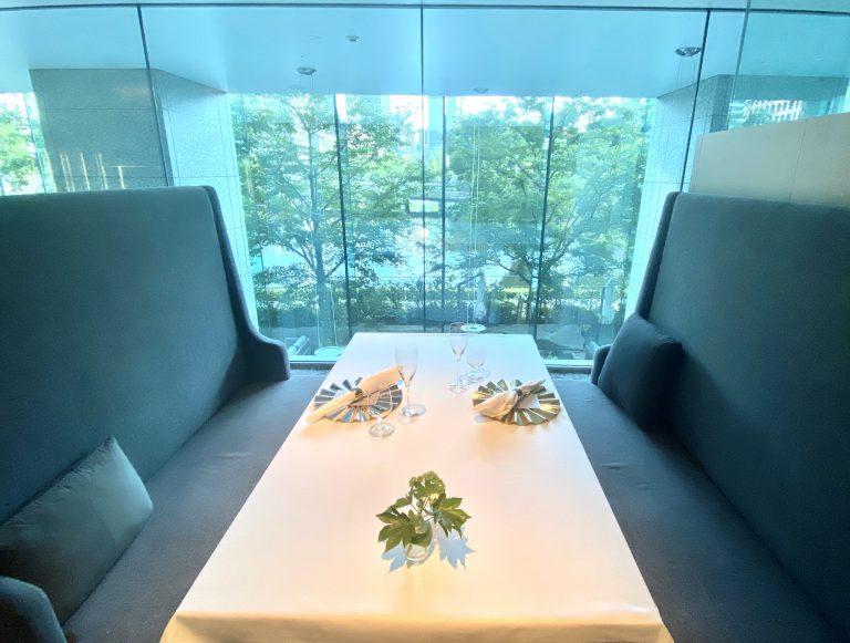 大きな窓から美しい緑と水辺を望むボックス席。