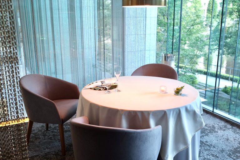 解放感がありながら、余裕を持った席間隔のダイニングテーブル。
