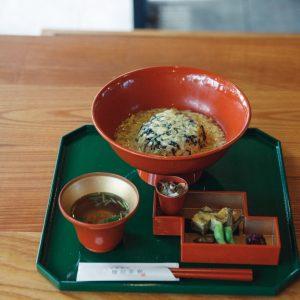 〈檜垣茶寮〉では季節のおばんざいが楽しめる御膳や、だしがふわりと香る京うどんなど、様々なメニューを用意。写真は、あんを絡めた優しい味わいの京湯葉丼1,080円(税込)。