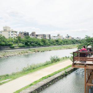 """鴨川ビューの開放感あふれる空間。9月末までは川床で""""ジェラ床""""も楽しめる。"""
