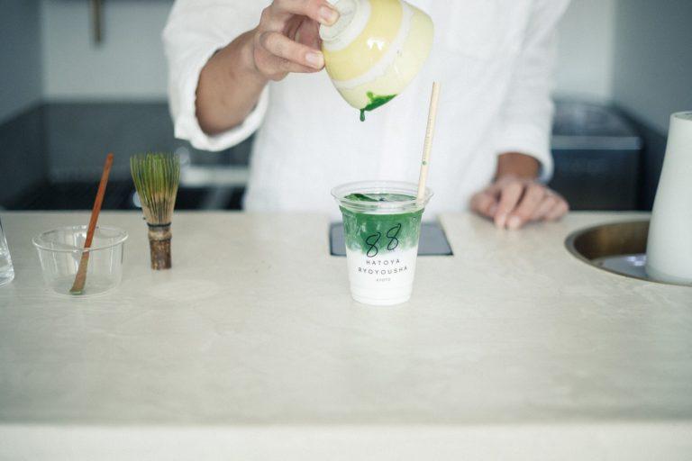 シングルオリジンの抹茶を点(た)て、ラテに仕上げる。