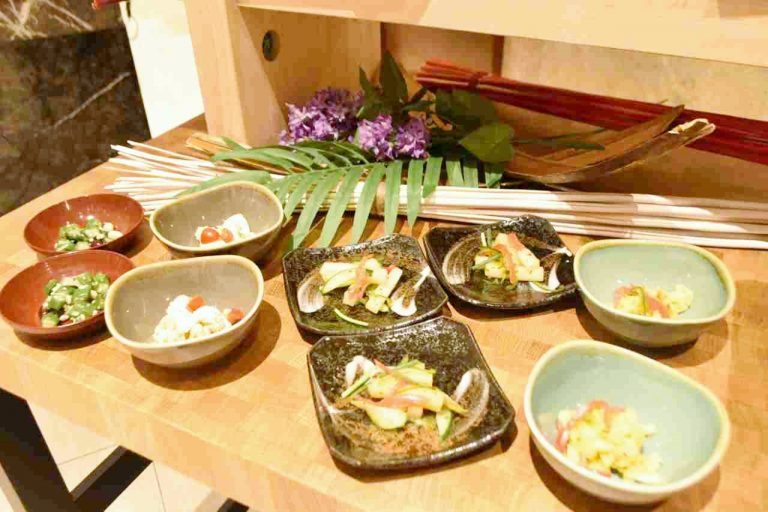 「卵とポテトのサラダ」や「インド風サラダ」など6種類のサラダも。