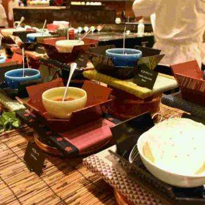 野菜とクミン・ヨーグルトの「ライタ」やピリッと辛い「マンゴーピクルス」など6種類のトッピング。