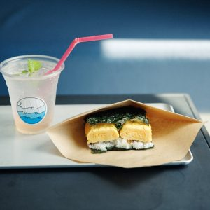 看板メニューのライスバーガー430円〜。厚焼き玉子に香ばしいネギ味噌ソースがよく絡む。自家製新生姜シロップで作るジンジャーエール600円(各税込)。