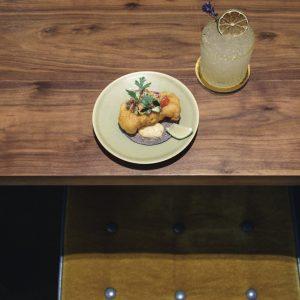 モダンなタコスが新鮮!LAの人気/〈Guerilla Tacos〉のウェス・アヴィラが率いる〈PIOPIKO〉。フライドホワイトフィッシュ900円、シェリー・コラーダ1,000円。