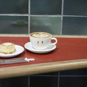 サードウェーブの火付け役。〈Stumptown Coffee Roasters〉は朝7時からの営業。オーダーしたものはロビーラウンジで楽しむことも。カプチーノ480円、柚子&レモンドーナッツ350円。