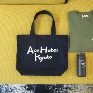 限定グッズもさすが。色使いもいいグッズは京都土産にも。/Tシャツ5,300円、トラベルタンブラー3,500円。既存の9つのホテル同様都市名が入ったトートバッグ3,500円も。