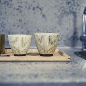 客室を彩るアイテム。客室のカップは陶芸家・額賀章夫のもの。ほかにもサイドテーブルには信楽の〈ノタ&デザイン〉が使われるなど、アーティストの作品がふんだんに。