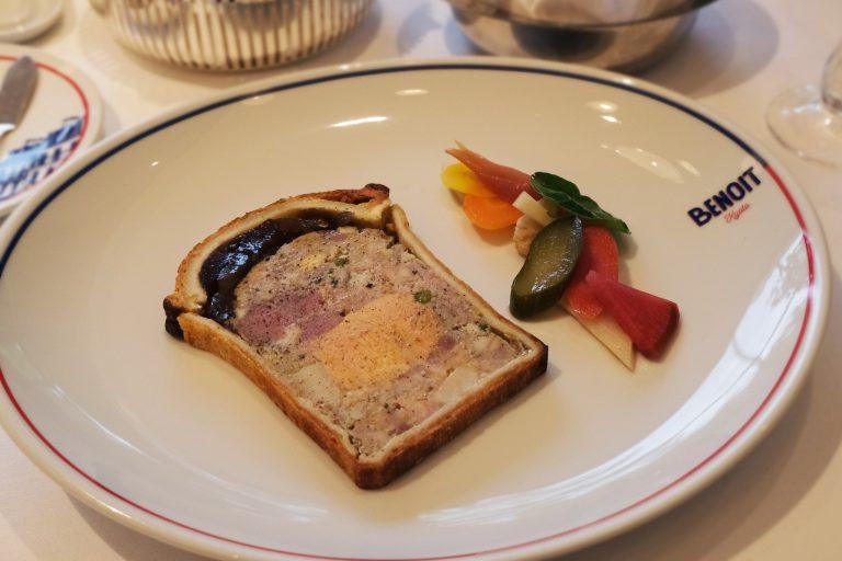 国産の豚肉や鶏肉、鴨肉を角切りのミンチ状にしたものとコンソメジュレをパイ生地に包んだ、〈ブノア〉定番の「パテ・アン・クルート ルシアン・タンドレ風」。 大皿でも存在感があるくらいボリューミーな一皿。ワインとのペアリングがおすすめ。