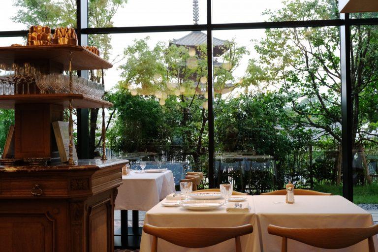 食事を楽しみながら、法観寺にそびえ立つ五重の「八坂の塔」を望むことができる。