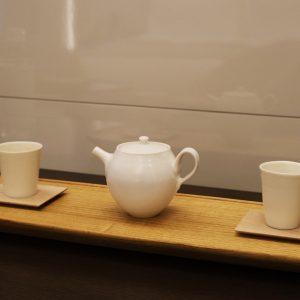 佃眞吾・内田智裕「客室ティーセット」 各客室では、京都にゆかりがある作家が作った器などを手にとることができる。