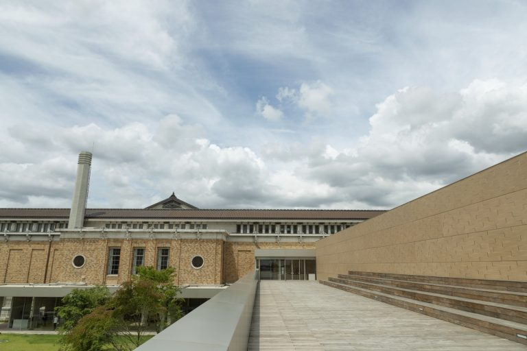 〈京都市京セラ美術館〉