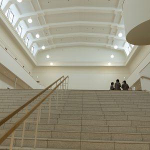 本館の中央にある旧大陳列室は、新たに設けられた地下1階のエントランスロビーから続く中央ホールへと生まれ変わった。ここを通ってそれぞれの展示室や日本庭園へと向かう。