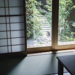 四季の移ろいを庭に見る。/差し込む光が美しい庭を掘りごたつ式の和室から望む。昔ながらの縁側もあり、風呂上がりに涼みながらここで飲む一杯は格別。