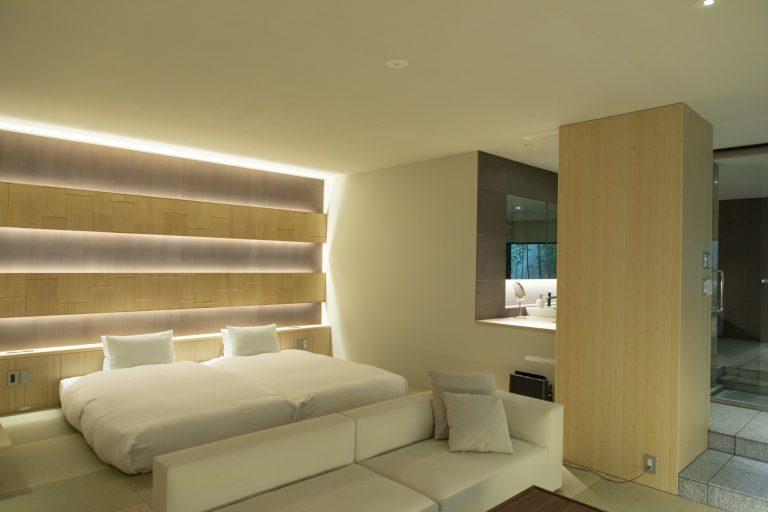 素足が気持ちいい琉球畳。/靴を脱いで寝転べるよう、全室に琉球畳とローベッドを採用。風呂はひのき造りで、立ち上る香りが部屋を優しく満たす。