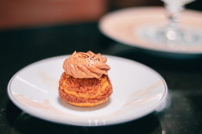 「シュー・シャンティ―オ・カフェ・エ・キャラメル」 上の珈琲クリームが濃厚でほろ苦く、シューの中にはショコラとキャラメルソースが。大人のシュークリームです。※ル・サロン限定