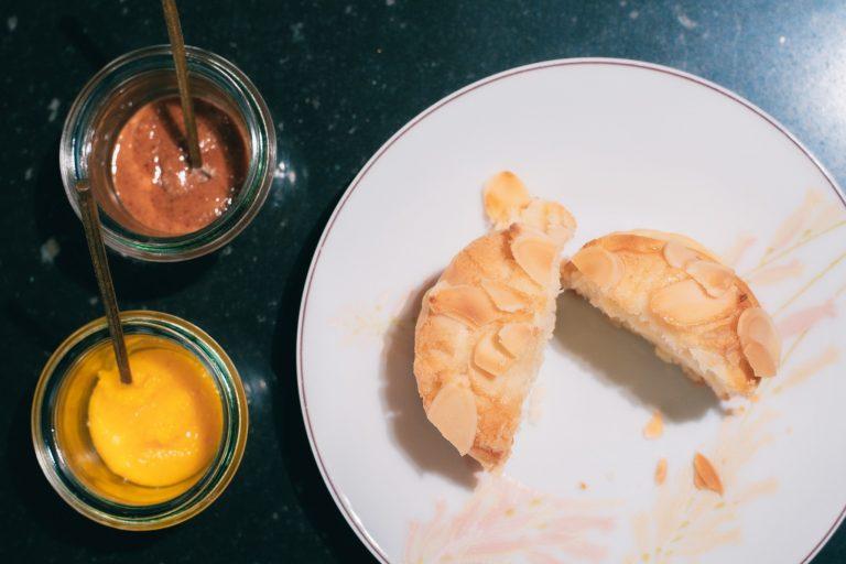 「スコーン・ア・ロランジュ」 食べごたえ抜群のスコーンは、アーモンドの香ばしさの中にオレンジの果肉がちらり。マーマレードとココナッツプラリネを添えていただくのがおすすめ。