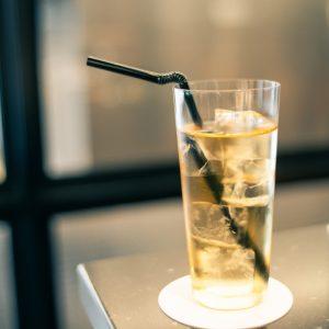 選べるドリンクの中から、今回はマテ茶とルイボスティーをベースにした夏らしい「ブルーデトックス・アイスティー」をチョイス。自然香料のパイナップルとハーブで香りも爽やか。緑茶成分で、さっぱりといただける一杯です。