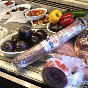 ショーケースに並べられたモッツァレッラやブッラータは、お土産にも購入可能。