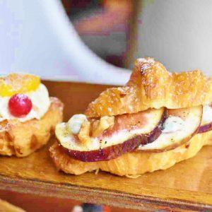 左から「マンゴーのバニラデニッシュ」、「いちじく、 ゴルゴンゾーラチーズと胡桃のサンド」。