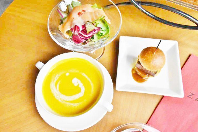 日替わりで登場する「スープ」と「サラダ」、「牛フィレ肉とフォアグラ・トリュフソースのロッシーニバーガー」。