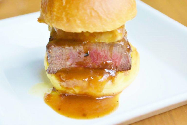 「牛フィレ肉とフォアグラ・トリュフソースのロッシーニバーガー」。