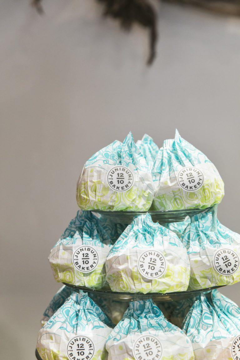 看板商品の風船パン320円。超しっとり、ふわふわ、ぷるぷる、バターリッチ。パッケージもうつくしく、手土産でもらった人の笑顔が見えるようだ。