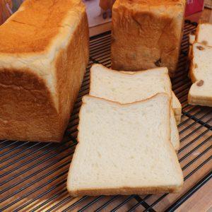 プレーン味の「しあわせの食パン」2斤800円。