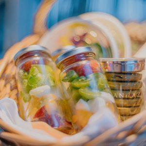 赤・黄・緑の三色が綺麗に映えるサラダジャーは、一口サイズの水牛モッツァレラチーズが入ったカプレーゼをイメージ。野菜のシャキシャキ感やチェリートマトの甘み、ホワイトバルサミコで爽やかさを感じる一品。